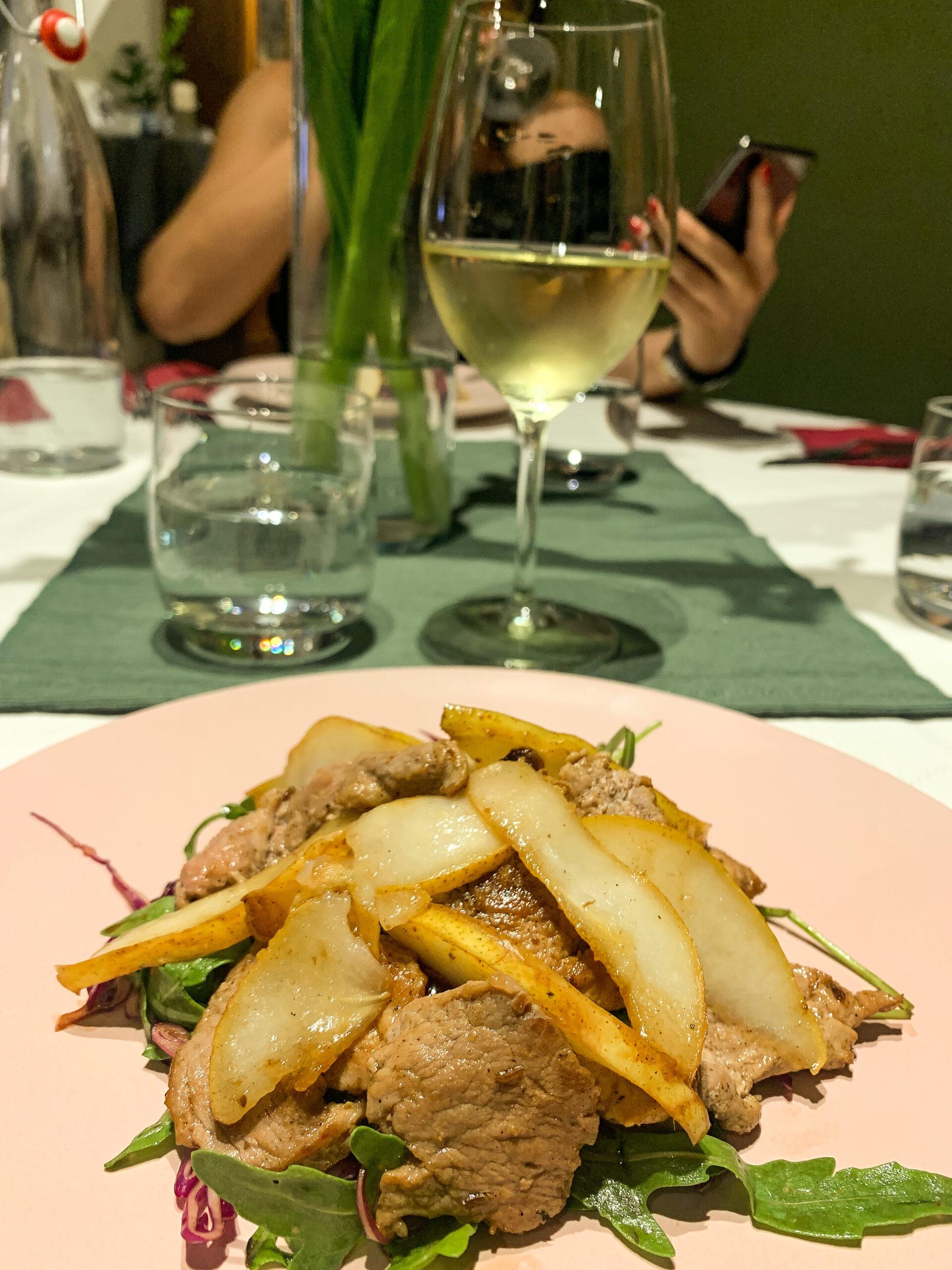 salata sa svinjskim fileom